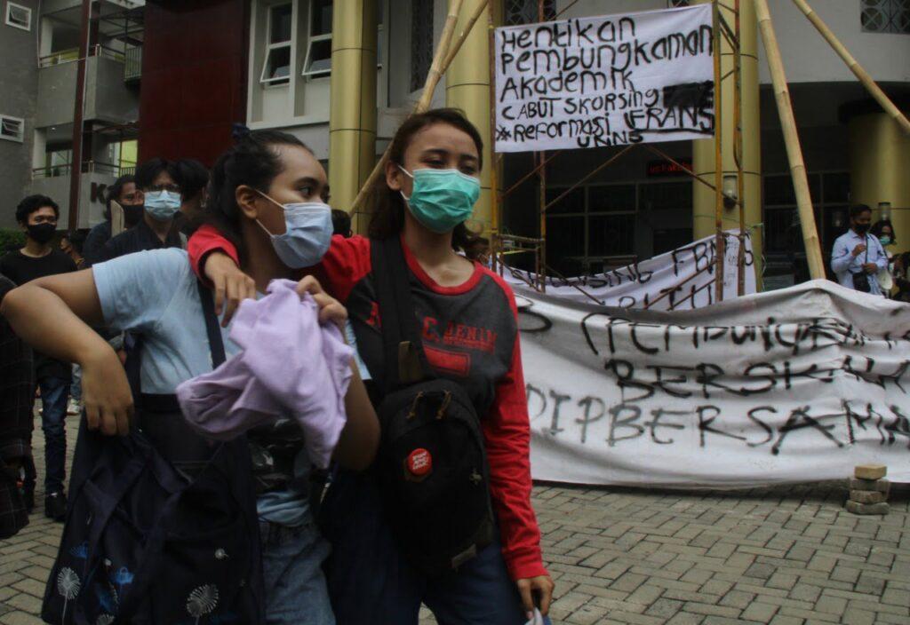 Para mahasiswa melakukan aksi demo menuntut agar FH dibebeskan.
